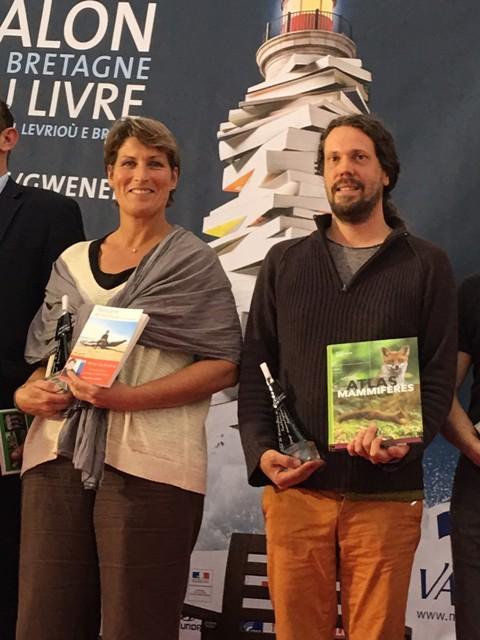 """Franck Simonnet (aux côtés d'Anne Quéméré, également lauréate) recevant au nom du GMB le Prix """"Beau Livre"""""""